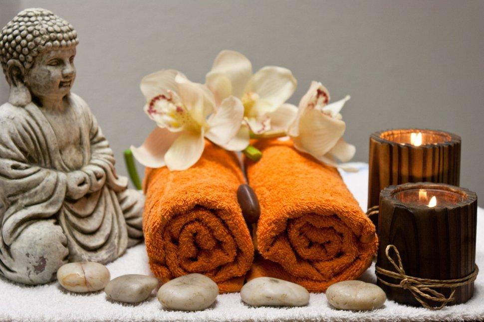 Thajská masáž – ručníky, olej, buddha